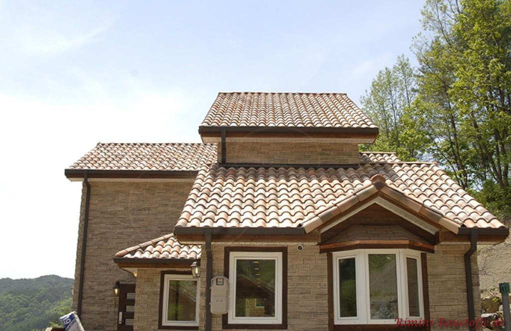 Hausfassade komplett in Natursteinoptik gestaltet