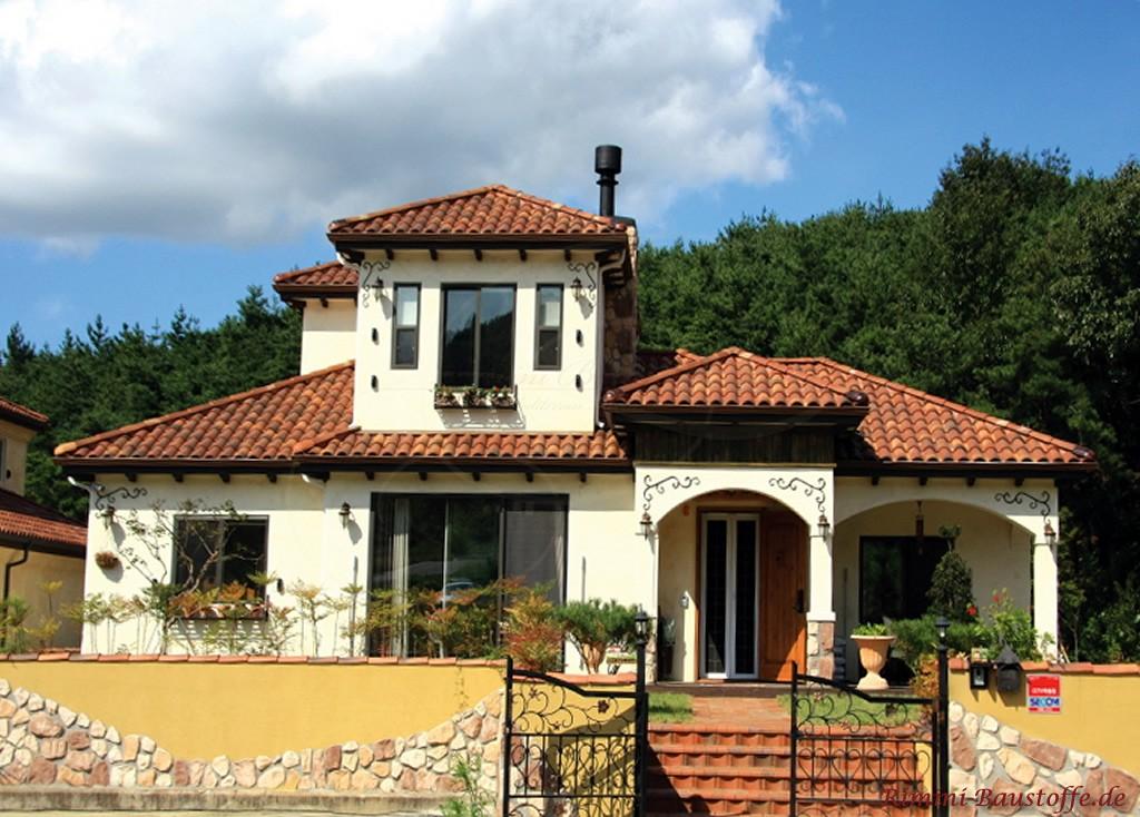 bungalowstil mit zwei Tuermen und schoener Fassadengestaltung