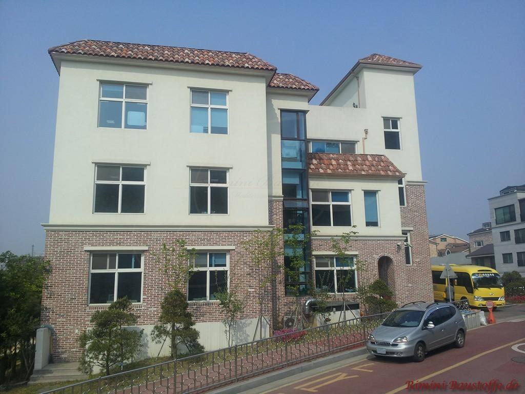 dreigeschossiges Wohnhaus mit Klinker- und Putzfassade