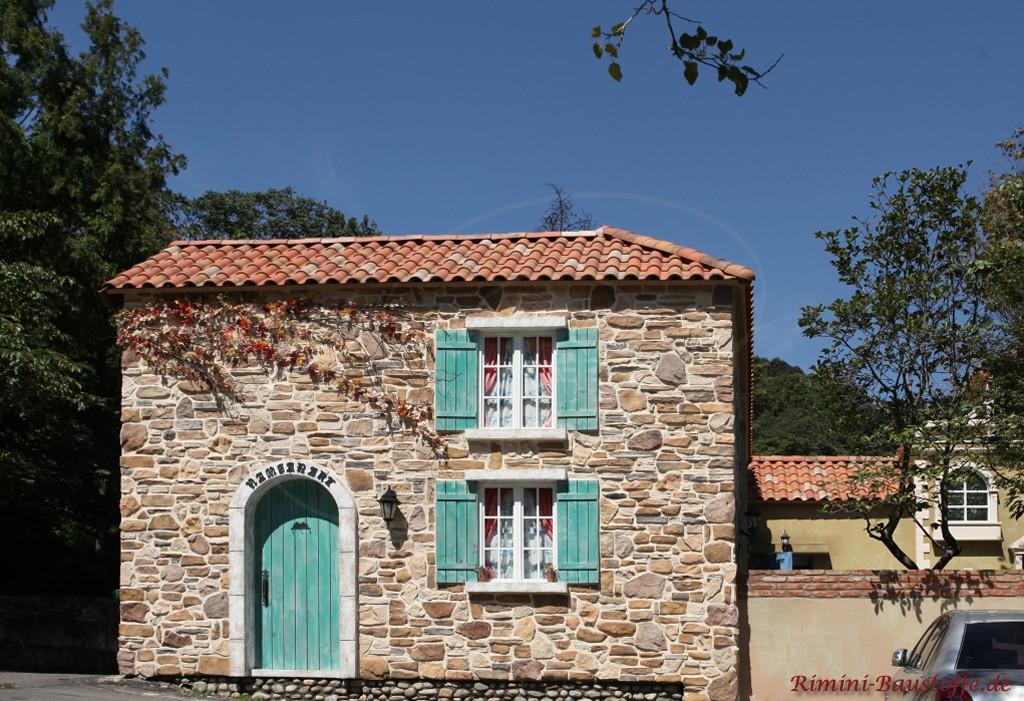 tolles kleines Haueschen mit Natursteinfassade und gruenen Fensterlaeden