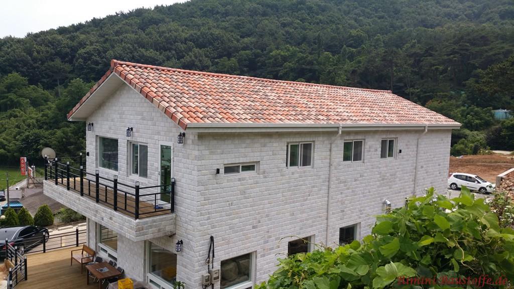 schoener mediterraner Dachziegel in Rottoenen