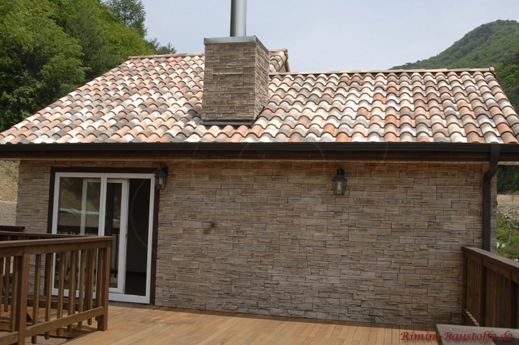 mediterraner Dachziegel und Natursteinfassade