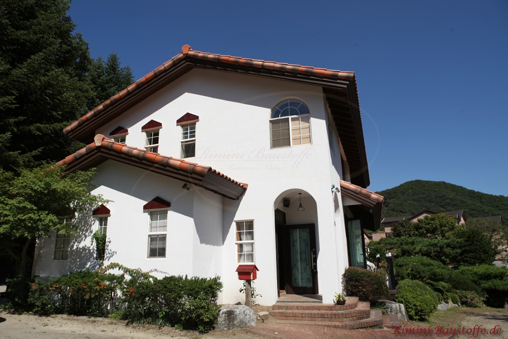 mediterrane Dachziegel zu einer weissen Fassade