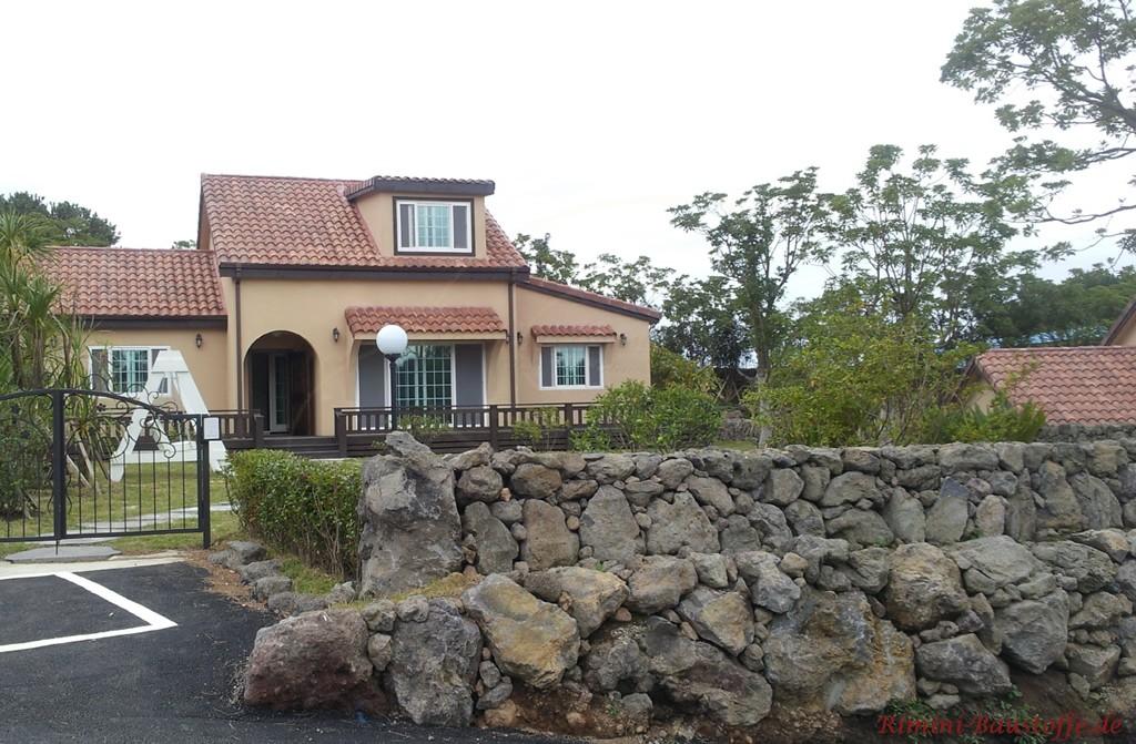 kleines Haus mit Satteldach und mediterranen Dachziegeln