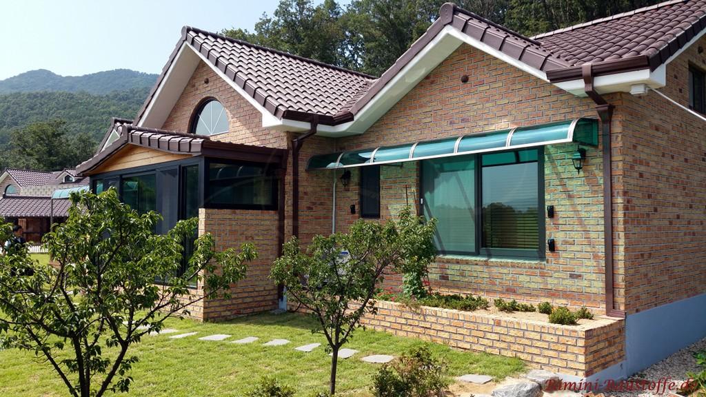 gelb rote Klinkerfassade und ein brauner Dachziegel