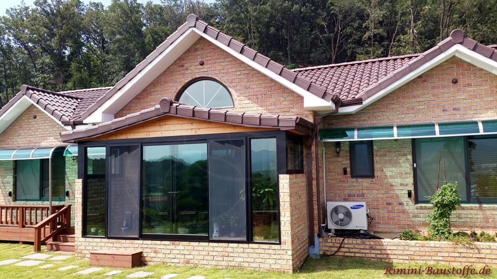 rotbrauner Klinker und ein brauner Dachziegel