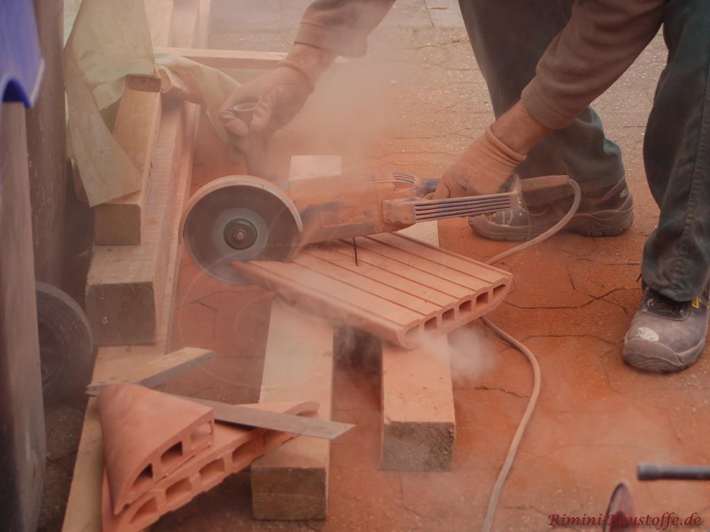 Zuschneiden der Mauerabdeckung aus Ton. Gehrung