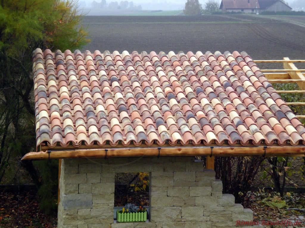 Gartenhaus mit bunten Halbschalen eingedeckt