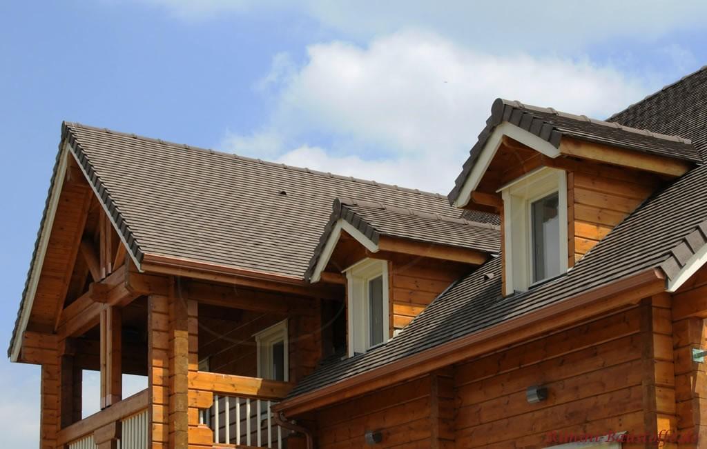 graue Schindel auf einem Holzhaus