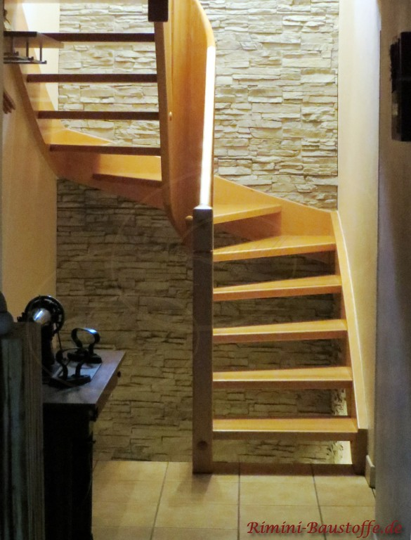 Kunststoffpaneele im Treppenaufgang