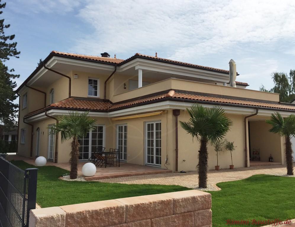 grosse mediterrane Villa mit typischer Architektur