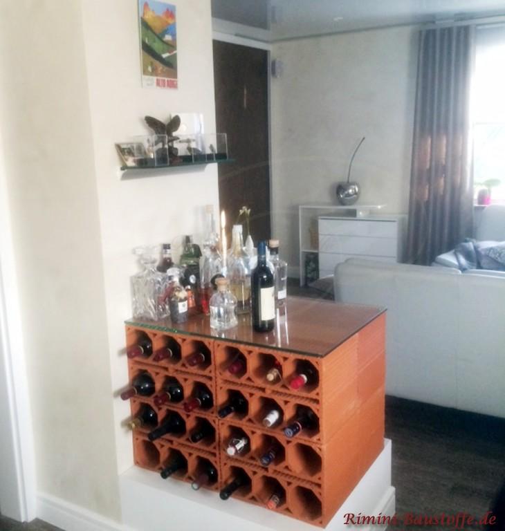 Hier ist der Weinlagerstein Raumtrennung und Weinlagerregal zugleich