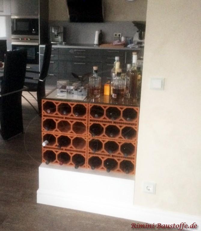 mit einer Glasplatte versehen dienen die Weinlagersteine hier auch als Ablage