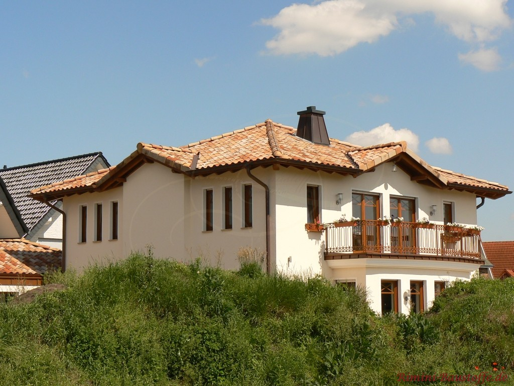 mediterrane Villa mit Holzfenstern und Balkon