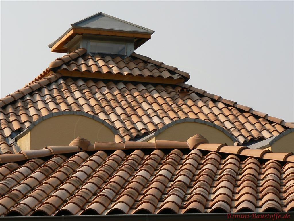 heller mediterraner Dachziegel zu einer gelben Fassade