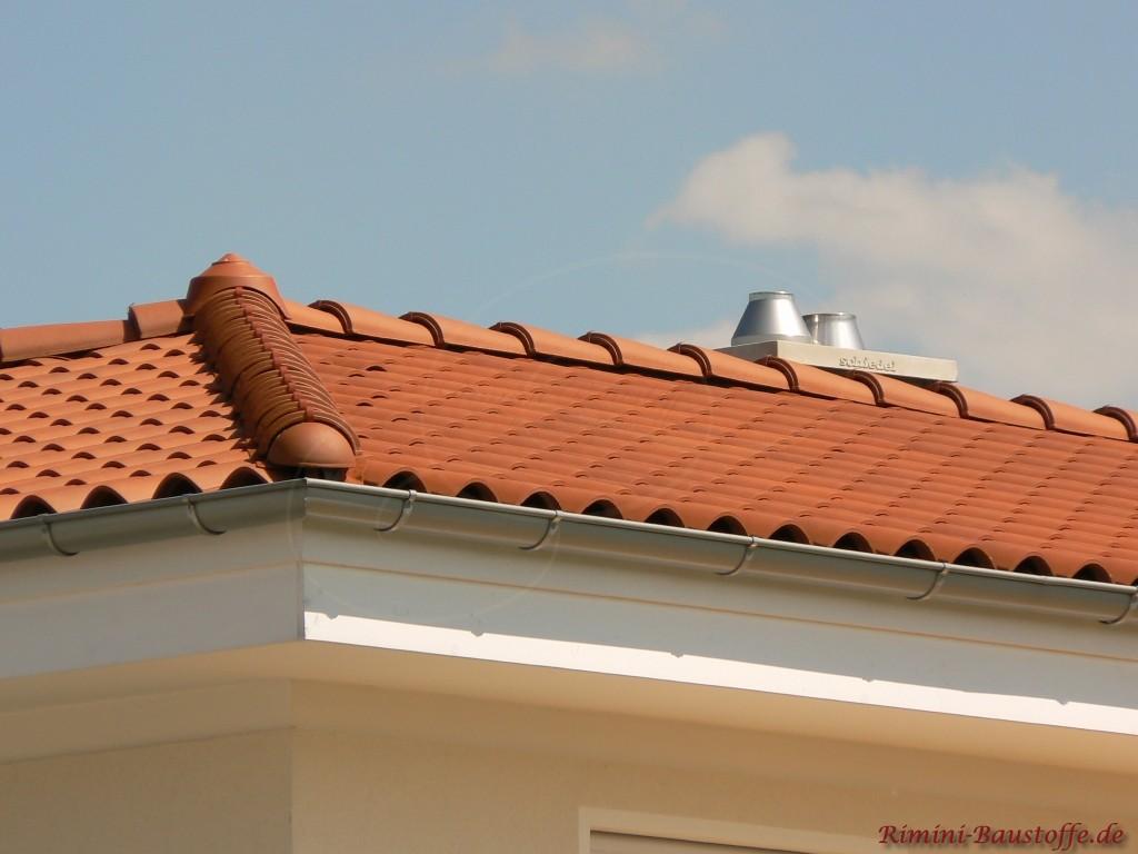schoener dunkelroter meidterraner Dachziegel