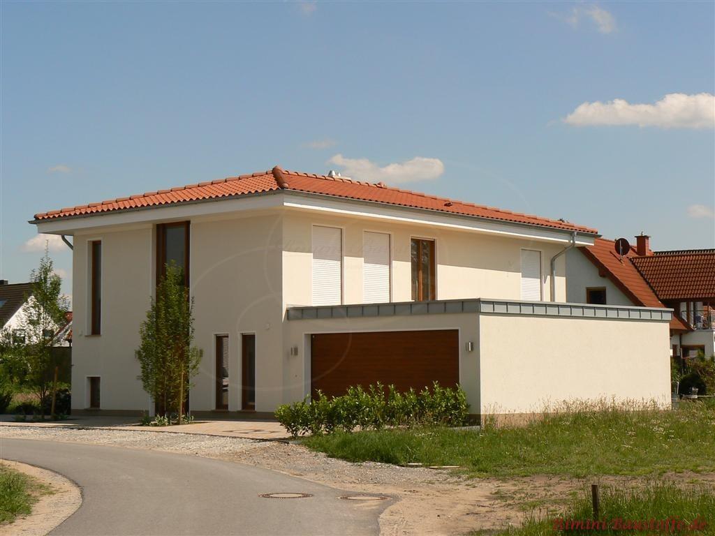 grosses mediterraner Wohnhaus mit rotem Dachziegel