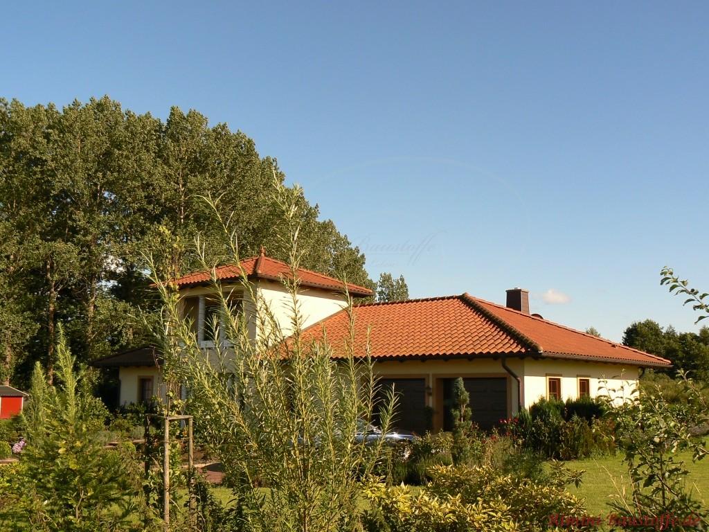 Einfamilienhaus im Bungalowstil mit grossem Turm im Eingangsbereich
