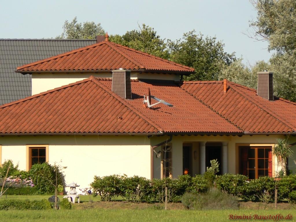 schoener dunkelroter romanischer Dachziegel