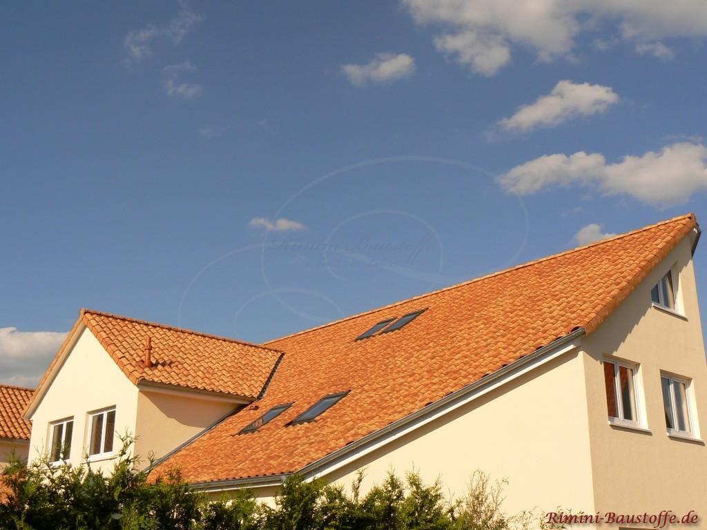 schoenes mediterranes Erscheinungsbild der Dachziegel