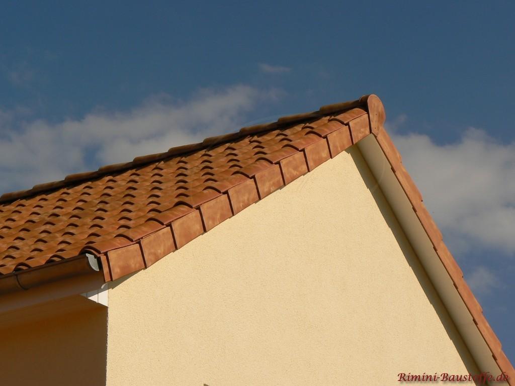 mediterranes Satteldach in einem Gelb- und Kupferton