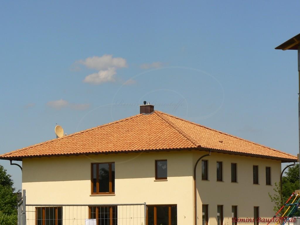 schoenes abgestimmtes Gesamtbild mit Fassade, Fenstern und Dach