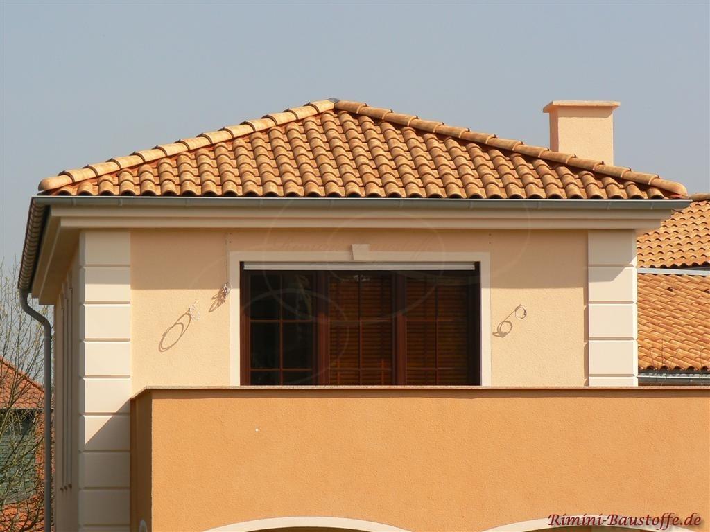 strohgelber Dachziegel zu einer aehnlichfarbenen Putzfassade
