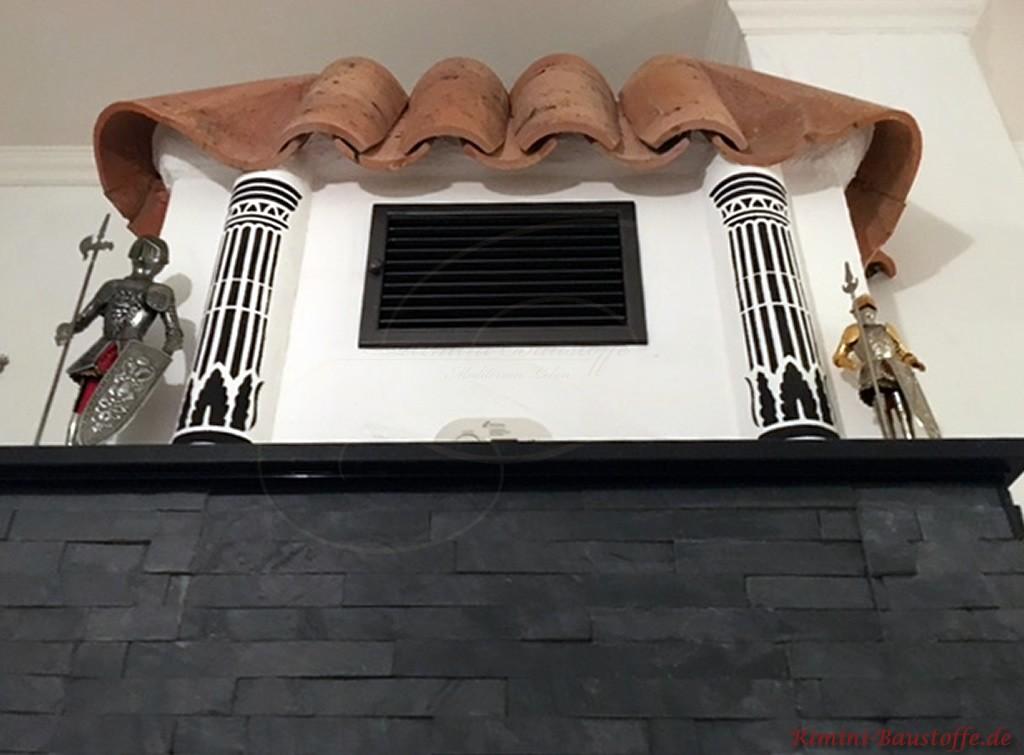 Kamin im Wohnzimmer mit Halbschalen abgedeckt