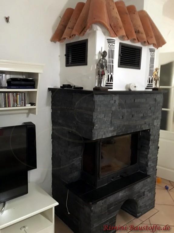 Abschluss auf einem Kamin im Wohnzimmer mit Halbschalen