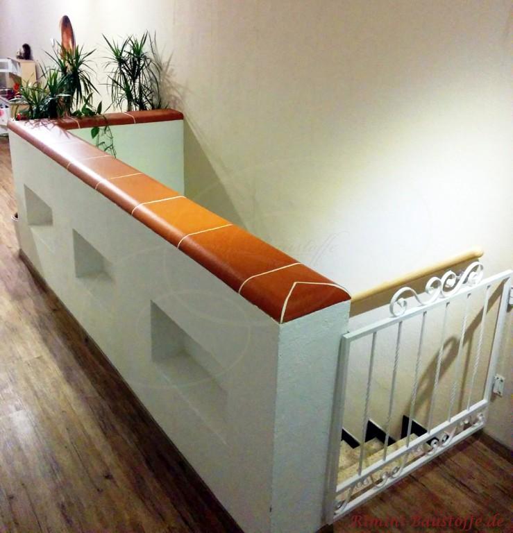 gemauerter Treppenaufgang mit roter Abdeckung aus Ton