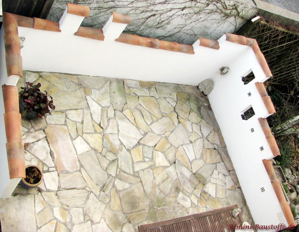 Halbschalen auf einer schmalen Mauer laengs verlegt