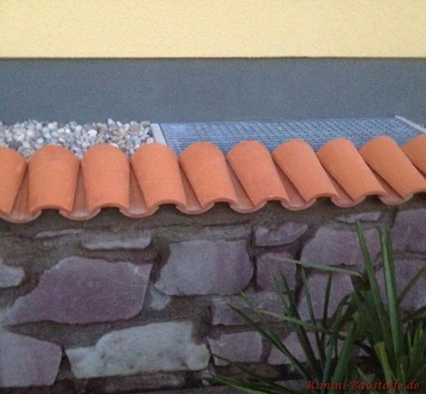 schmale Mauerabdeckung aus Ton