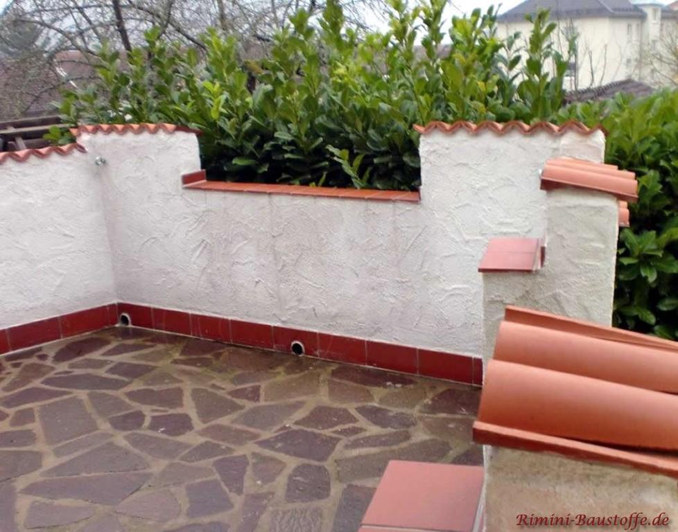 Mauerwerk abgedeckt mit Halbschalen