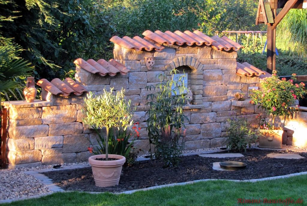 mediterrane Gartenmauer mit Betonsteinen und Mauerabdeckung