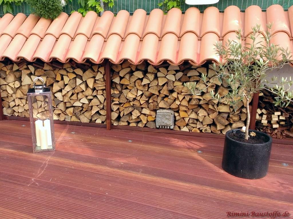 Holzueberstand mit Moench Nonne Halbschalen gedeckt