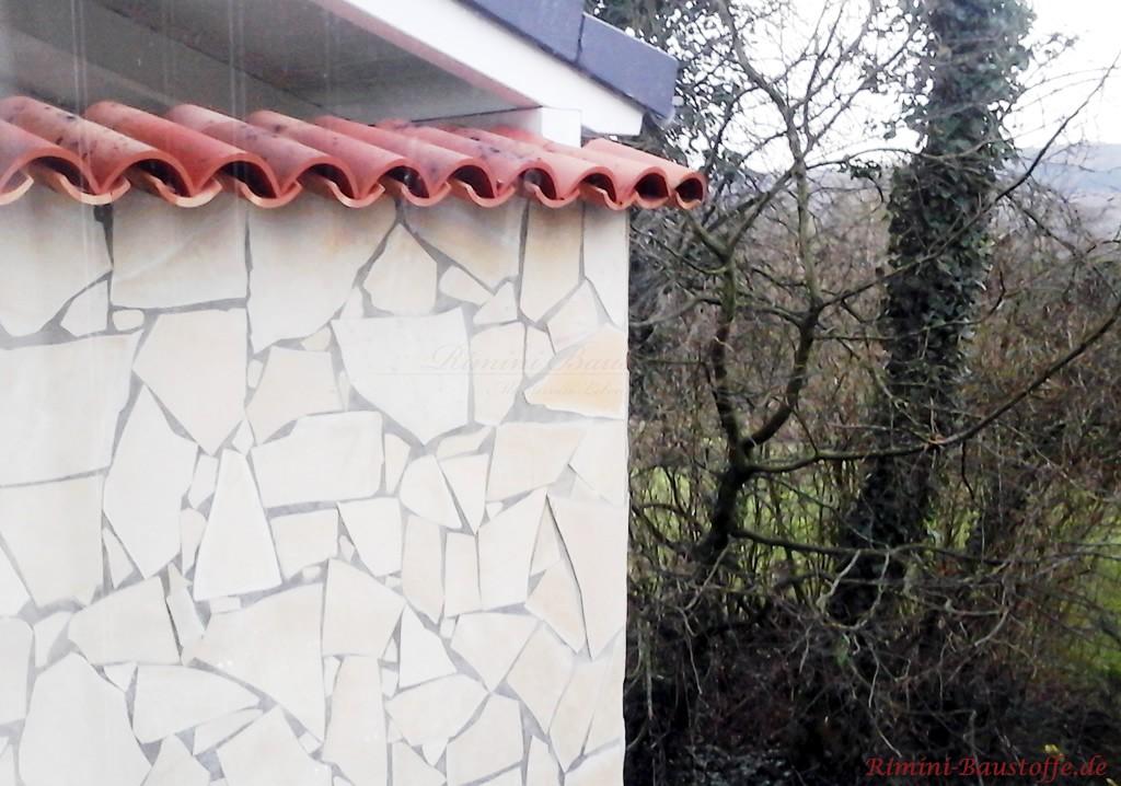 mediterrane Gartenmauer in Bruchsteinoptik