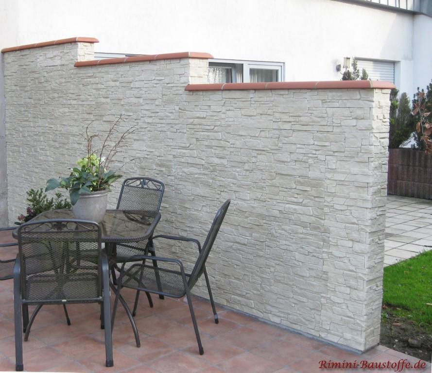 helle in Natursteinoptik verkleidete Sichtschutzmauer