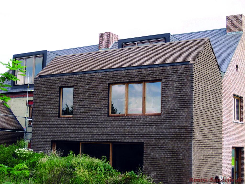 Schindeln sowohl auf dem Dach als auch an der Fassade