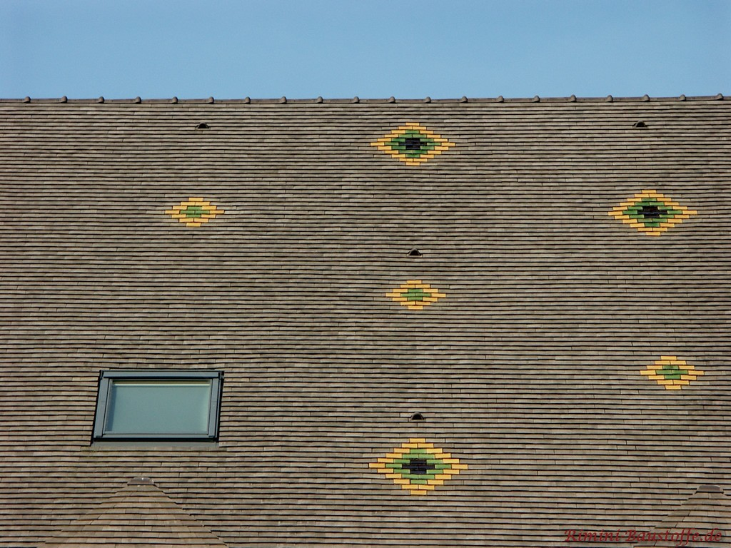 hier wurden Muster mit farbigen Schindeln in dem Dach verlegt