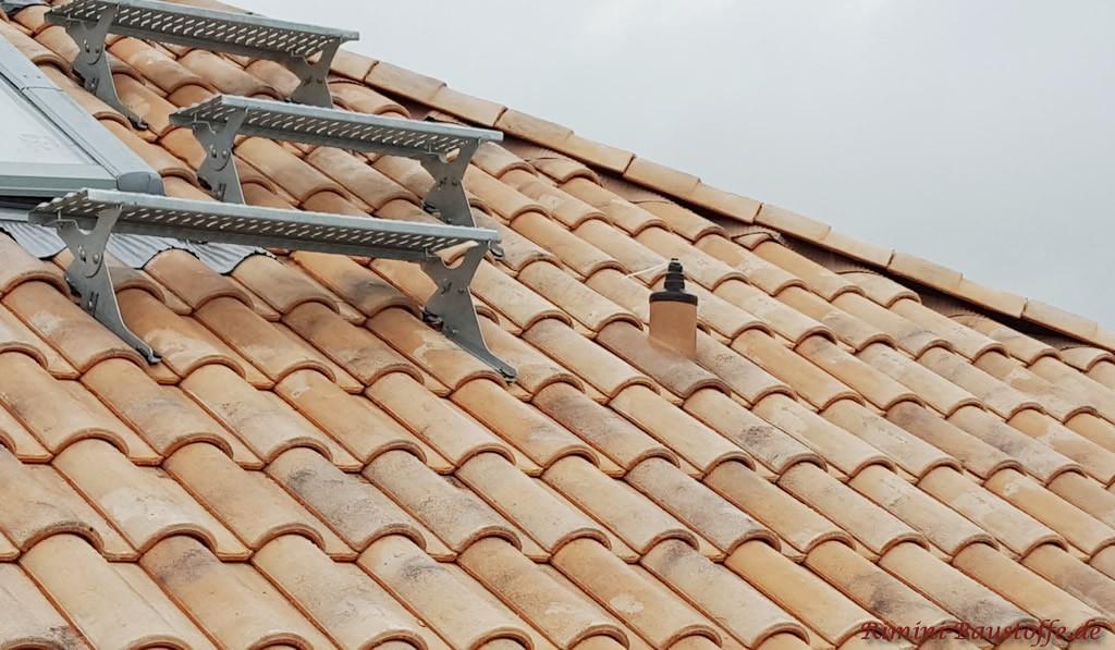 Dachtritte in Aluminiumfarbe auf einem mediterranen Dachziegel