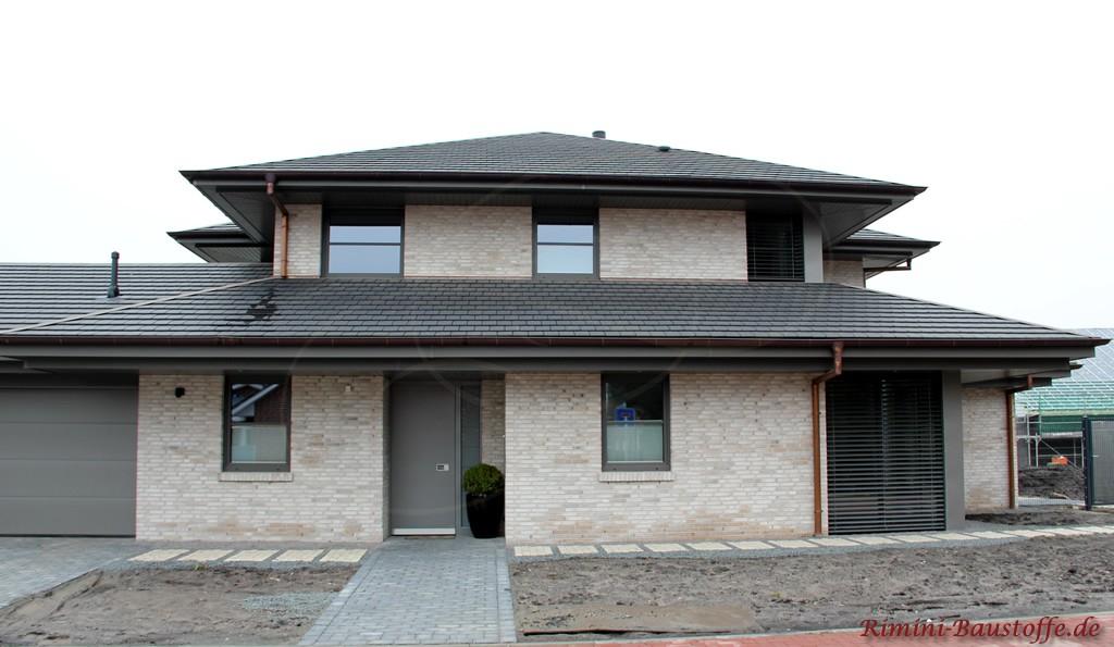 moderner Neubau eines Einfamilienhauses mit Klinkerfassade und Dachschindeln