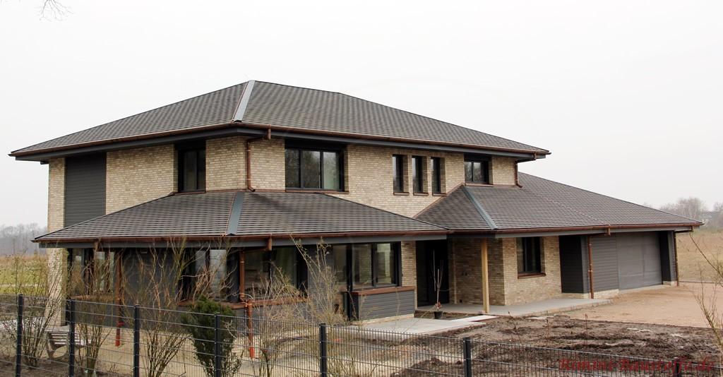 Schindeln aus Ton sind sowohl fuer das Dach als auch fuer die Fassade geeignet