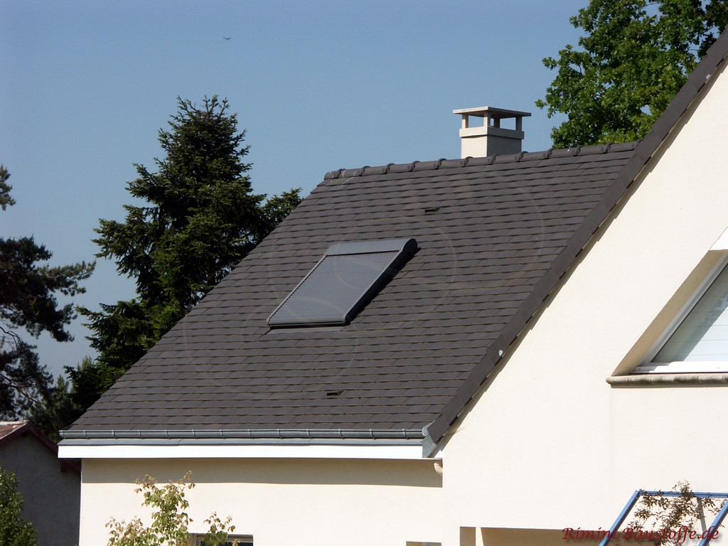 Dachfenster in einer Schindeleindeckung