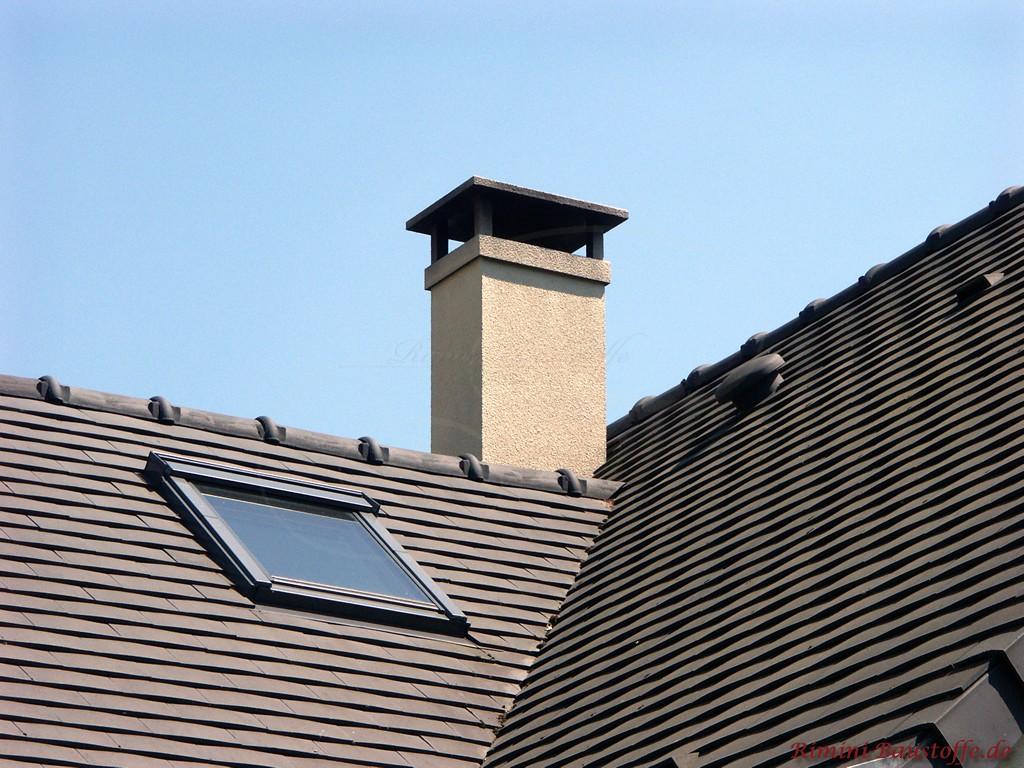 dunkle Tonschindel auf einem Satteldach