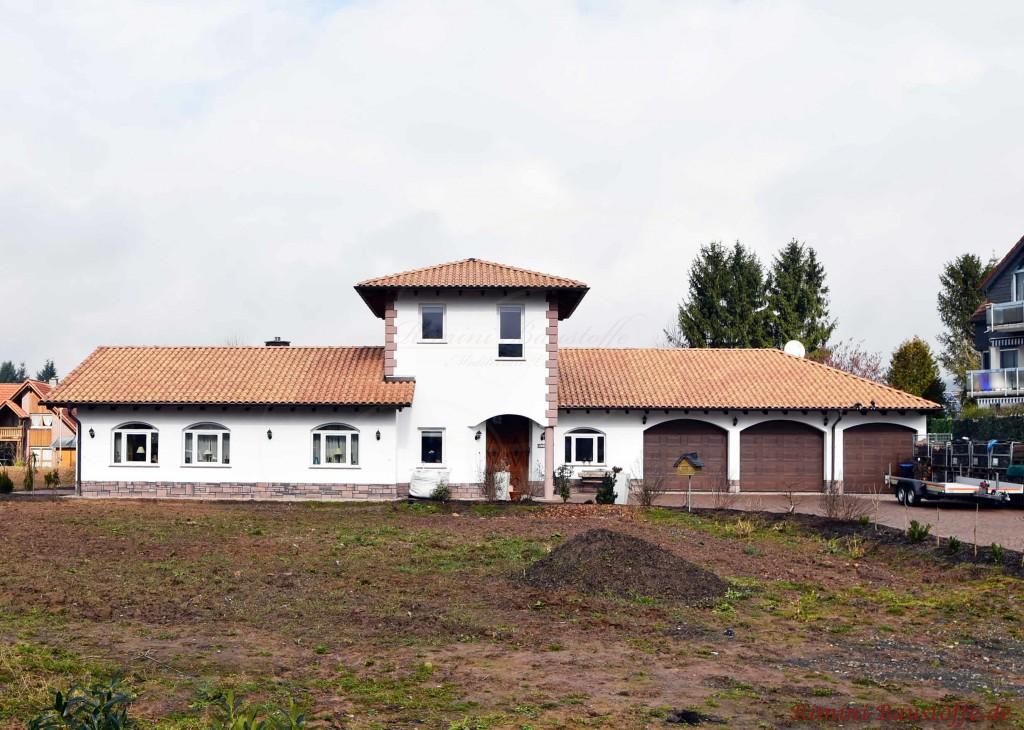 Haus mit drei Garagen und einem Turm