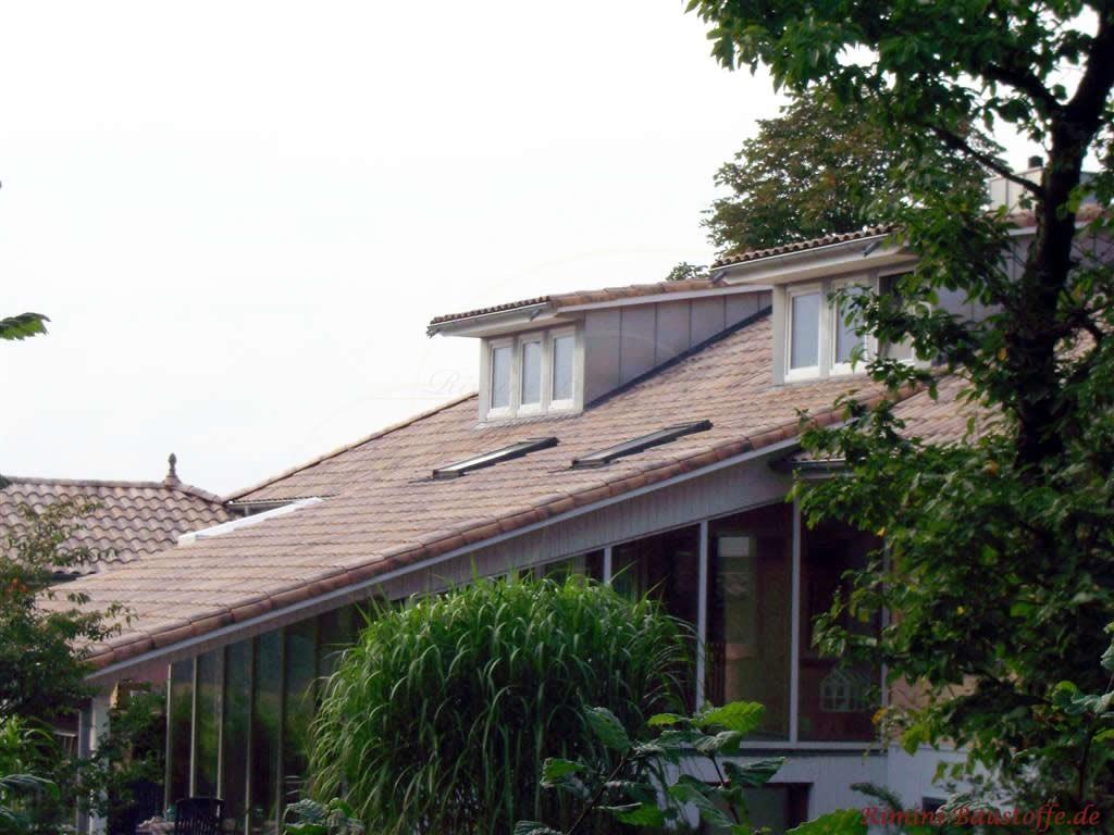 langes Schleppdach ueber dem Wintergarten