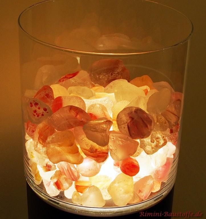 Muranoglaskristalle in einer Vase mit Beleuchtung