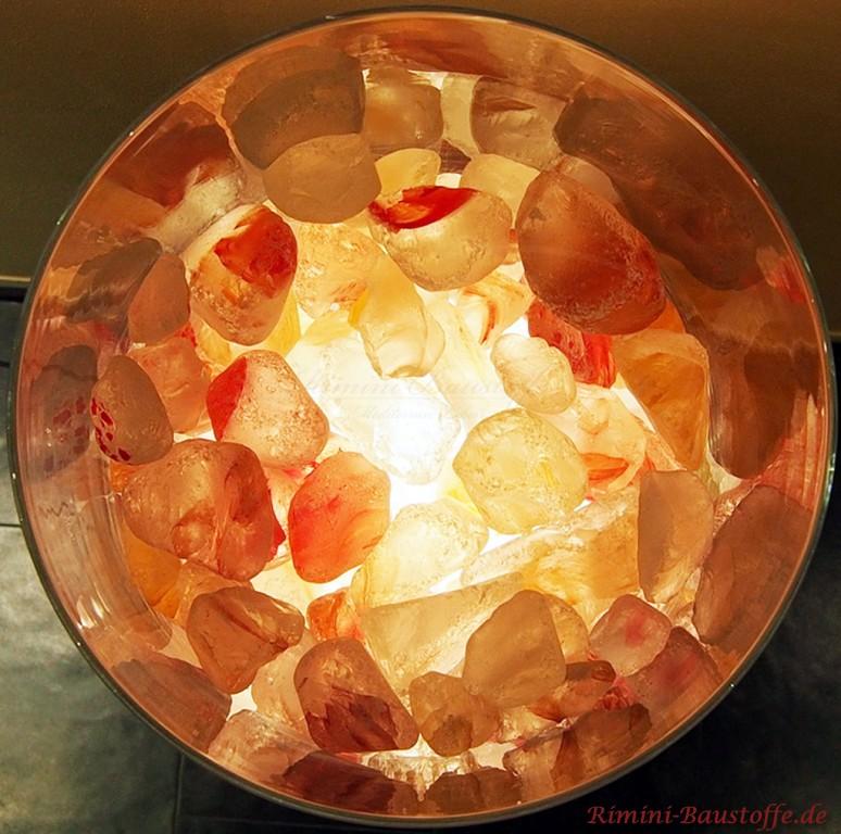 Glaskristalle in einer beleuchteten Vase