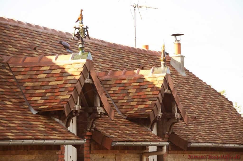 bunte Schindelmischung auf einem Satteldach