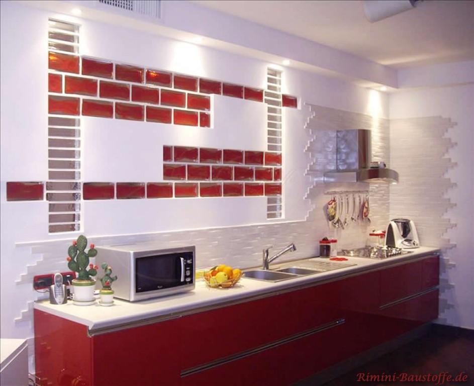 Rote Glaselemente in der Küche über der Küchenzeile